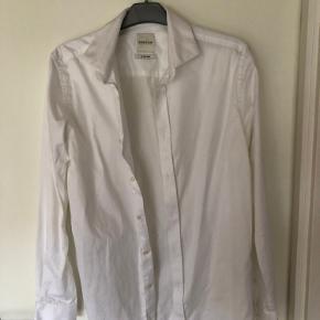 En fin skjorte, købt til jakkesæt, som også sælges.