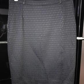 Varetype: Nederdel Farve: foto  Brugt en gang. 100% som ny. Talje 40cmx2, længde 60cm Pris 300+porto Bytter ikke