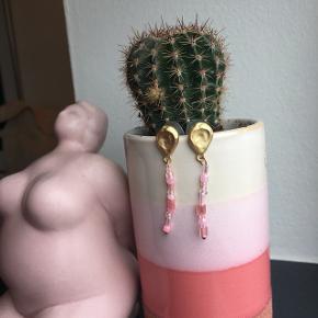 Fine lyserøde perleørering med guld hank/lås🌸