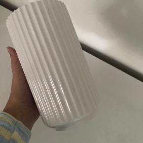 Lyngby by Hilfling vase 20 cm. Rigtig fin stand, fejler ingenting. Nypris 500 kr.  Kan sendes på købers regning.