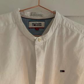 Lækker Tommy Hilfiger hør-skjorte i str. S med kinakrave