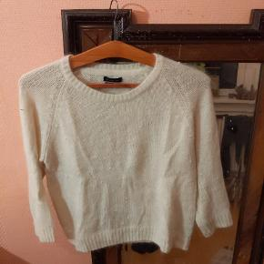 Fin, tynd og dejlig varm sweater i Angora dekoreret med små perler  Har fået den i gave og den er desværre for lille. Har vasket og brugt den en gang.