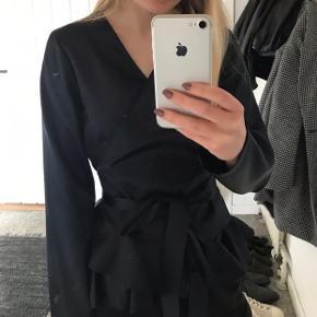 Mega flot bluse fra Samsøe Samsøe i blødt satin. Sælger da jeg desværre ikke får den brugt. Kun brugt 2 gange. Kom gerne med et bud💙