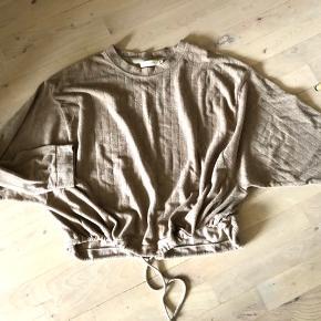 Lækker blød sweater/bluse i mørk beige - str. S/M - BYTTER IKKE😉