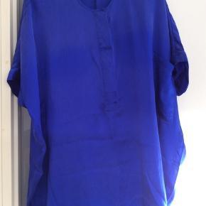 Silke tunika med skjult knappelukning og lomme foran. Længde fra skulder og ned 75 cm Brystmål 144 cm