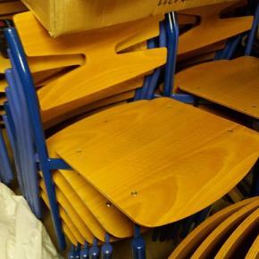 Der ses nogle brugsspor på nogle af stolene. Der er 24 stole i alt, sælges hver for sig eller samlet