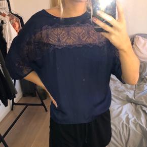 Mørkeblå satin bluse med blonder ved brystet og ærmerne. Fra Project Unknown