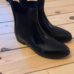 Sorte Gummistøvler, fejler ikke noget og normal i størrelsen. Sælges da jeg har købt nye.