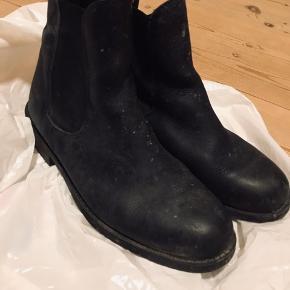 Horze Classic jodhpurstøvler, ægte læder.  Str. 39  Disse klassiske læder jodhpurs er designet i den traditionelle stil, uden lynlås eller snørebånd. Kraftig strop bagpå gør det nemt at tage dem af og på. De elastiske sider giver fleksibilitet og stretch for komfort. Materiale: fod læder, sål gummi.  Unisex  Nyprisen var 399kr.  Sælges nu billigt   Jeg sender med Dao (køber betaler porto), her er pakken forsikret. Jeg udleverer et track & trace nummer så du altid ved hvor din pakke befinder sig. 💌 Jeg glæder mig til at handle med dig! ☺️  Tag også gerne et kig på mine andre annoncer. ☺️