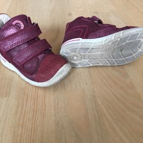 Super gode Ecco-sko som minder meget om sneakers. Vandtæt gore-tex i en flot aubergine, lille farve. Standen er rigtig god. Trænger til vask, men er ikke slidte.  Se også andre sko på min profil :-)