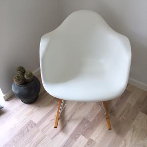 Eames - original - gyngestol med bøgemeder. Fuldstændig som ny. Et fejlkøb. Ny pris 4500 kr. Kan ses i Randers. Fra ikke ryger hjem😊