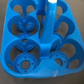 Smart flaske holder i blå plastik med hank, plads til 6 -1,5liter flasker. Perfekt til camping eller til at stå bag i bilen eller bare til sit bryggers, fra ikke ryger hjem.