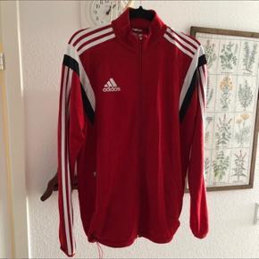 Original Adidas sportswear. Med justerbar elastik forneden. Helt som ny.  Byd gerne! Jeg er til at handle med👍🏼 Skriv også for yderligere oplysninger.
