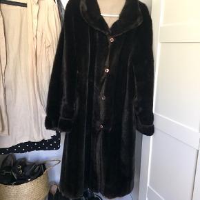 Vidunderlig lang vintage fake fur frakke.  Str. er ukendt, men den er oversize, så de fleste kan passe den. Ca 112 lang   Jeg har ikke haft brugt den siden jeg købte den.
