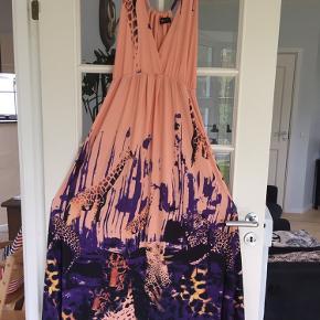 Super flot lang kjole med et fedt dyreprint😊