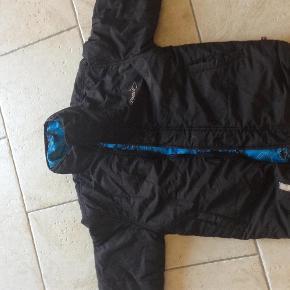 brugt fra ikke ryger hjem, foret i lommen er gået op og hætten mangler... dette er en jakke man kan vende..  dreng Farve: sort/blå