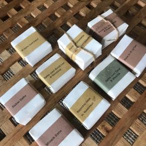 Lækreste hjemmelavede sæber i lækre farver. De kan alle bruges til ansigtsrens. Normalpris 45kr, sælges til 25 kr pr stk i begrænset tid.  #sæbe #øko #økologisk #olier