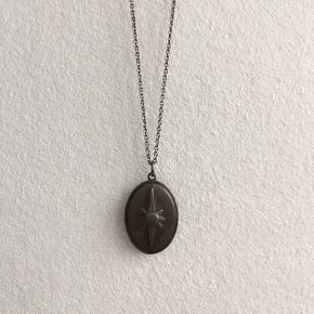 Anchor Chain 80cm, Ny pris 300kr Vedhæng: Shield Pendant, Ny pris 450kr Rhodineret sølv.