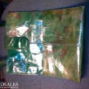 Sød grøn taske med præget blomstermønster, lukkes med velcro, 2 udvendige lommer foran, lynlåslomme indeni, handy størrelse.  Sød LÆDERtaske INKL. PORTO Farve: Grøn m. mønster