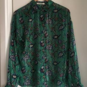 """Transparent mørkegrøn, langærmet skjorte med blomstermønster i blå/bordeauxrøde farver med gennemgående sølvtråde og fine flæsemanchetter. Str. """"2"""" fra Scotch & Soda/Maison Scotch."""
