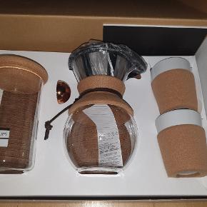 Bodum-kaffesæt bestående af: - Kaffebrygger - 2 x kopper - Opbevaringsglas - Ske - Serveringsbakke (kork, ses ikke på billedet)  Originalpris: 1000 kr.