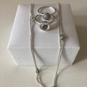 Pandora Droplet halskæde. 80 cm /62cm justérbar kæde m. 5 integrerede droplets. 2 PANDORA Droplet sølvringe i str: 58. Sælges kun samlet m. Kæde og ringe. Nypris:1400,-