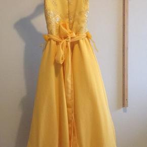 Den skønneste prinsessekjole. Er gået lidt i stykker indvendigt i foret (ses ikke når kjolen er på) og så skal der lige en sikkerhedsnål til at hjælpe med at lyne op og ned ☺️👍🏻  Byd