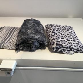 3 skønne tørklæder fra Malene Hocke sælge for 75kr stykket. Kan afhentes eller jeg kan sende på købers regning med DAO OBS DET MØRKE TØRKLÆDE I MIDTEN ER SOLGT