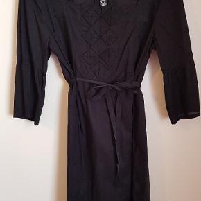 Flot kjole i lækker kvalitet med bindebånd i taljen.