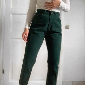 Jeans i flaskegrøn - løse om lårene men sidder perfekt i taljen til en str. xs/s.