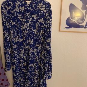 Fineste mellemlange kjole fra H&M, brugt et par gange men fremstår helt som ny🎀