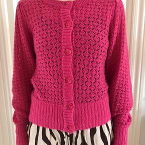 Pink strikcardigan fra Monki. Fin stand. Passer str. S-M.