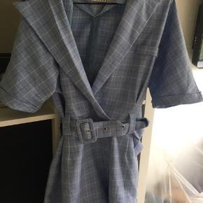 Denne lyseblå jumpsuit er brugt 3-4 gange, da den er lidt for stor i barmen.  Husk hvis du du køber mere end to ting fra mig, så får du mængderabat, så tjek da lige resten af mine annoncer ud ⭐️⭐️
