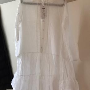 Yndig kjole med broderie anglaise foran og bagpå, som aldrig har været brugt. Ikke så gennemsigtig som billedet antyder. Flere billeder kan sendes. Handler Ts!