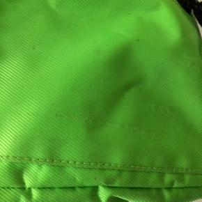 Sælger denne neongrønne Mads Nørgaard taske der både kan bruge som skuldertaske og bæltetaske.  Der er tegn på brug, sælges derfor billigt.