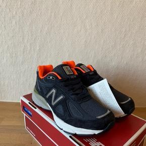 Sælger disse super flotte New Balance 990v4 i en flot mørkeblå farve.   Skoen er helt ny med tags.  Original kasse medfølger.   Det indvendige mål er 23,5cm