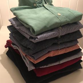Varetype: Skjorte Farve: Multi  Syv fine skjorter fra Samsøe, Clockhouse, H&M mm., en langærmet rød T-shirt fra Nørgaard, to cardigans i grå og sort fra Jack and Jones og en mørkeblå rundhalsstrik. Alt sammen i str small og minimalt brugt. Super pæn stand.   Se også anden annonce, med en meget pæn Elvine vindjakke i blå 😊
