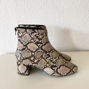 Super flotte og gode boots fra Mango med slangeprint. De er brugt få gange, men fejler ingenting :) der følger ingen æske med.   #30dayssellout