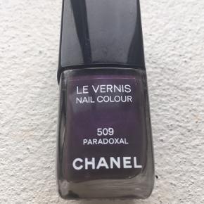 Chanel Paradoxal 509 en super flot meget mørk lilla/aubergine. Se evt billeder på google af farven. Der er brugt ca 30% af den, og den er taget i brug i sommeren 2019.
