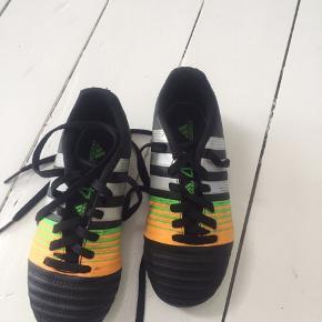 Fodboldstøvler, mere slidt under bunden end nede i skoen pga løbecykel til og fra fodbold