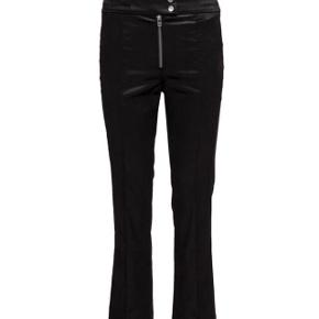 Fede ankel korte bukser fra by Malene Birger.   Str: 32  Model: Vanai  Brugt: 1 gang (renset herefter)  100 % viskose   Overfladen af stoffet minder en anelse om ruskind. Super fine. Bytter ikke.