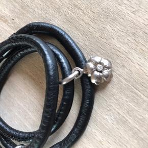 Sort læder armbånd - serien story  Sølv vedhæng (blomst og lyserød sten) 925 stempel