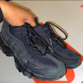 Så sælger jeg ud af mine sneakers igen. Denne gang et par Air Max 95 og Air Huaraches. Sælges da skoene ikke bliver brugt.  Nike Air Max 95; Str: EU38,5 / 24,5cm (passes også af 39) Cond: 8/10 - en omgang med kluden skal nok gøre underværker  Mp: 400kr ekskl fragt på 38kr