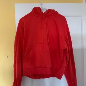 Lækker rød hættetrøje fra Weekday til en billig pris ❤️