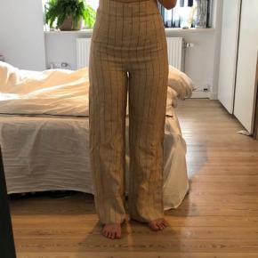 Lækre bukser fra zara 🤎🤎 meget højtaljede, 100% hør buks. De kan foldes ned i toppen, hvis man ønsker de ikke skal være så højtaljede.