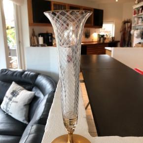 Utrolig smuk vase fra 40'erne. Så fine detaljer med guldfod og slibninger. Velegnet til en enkelt blomst.  I perfekt stand og uden skader og skår. Højde 26cm