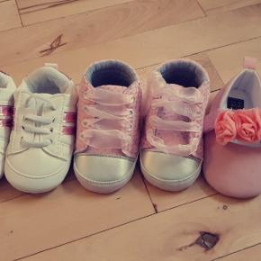 Fine små sko/futsko, aldrig værer brugt, da de blev for små.  Svarer til ca 3-6 måneder. Alle par for 40 kr