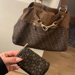 DKNY taske (og pung) sælges.  Tasken har været brugt nogle gang, men har intet slid.  Np var 3650 for tasken, og ca 500 for pungen - kom gerne med et bud, sælges både samlet eller hver for sig. Kan Afhentes i Aalborg