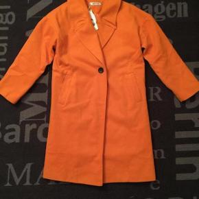 Ny fed orange jakke m foer . Ca str xl. Brystvidde ca 2x50 cm og længde ca 90 cm. Har trekvartærmer . Indvendig ærmemål er 42 cm.