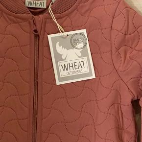 """Fast pris. NY Wheat termojakke str 122. Farven er svær at fange men den hedder """"mesa rose"""" - den er mest lyserød - se billede 3. Nypris 300kr"""